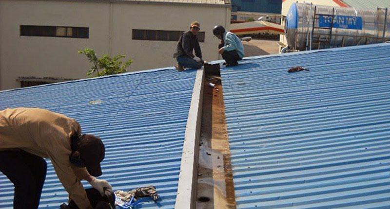 Thợ lợp mái tôn sân thượng